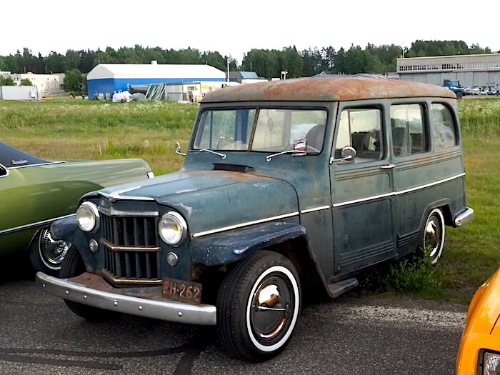 1955 Willys Station Wagon 2wd Chevy 262 moottori. Kuva: Kai Lappalainen, lisenssi: CC-BY-40.