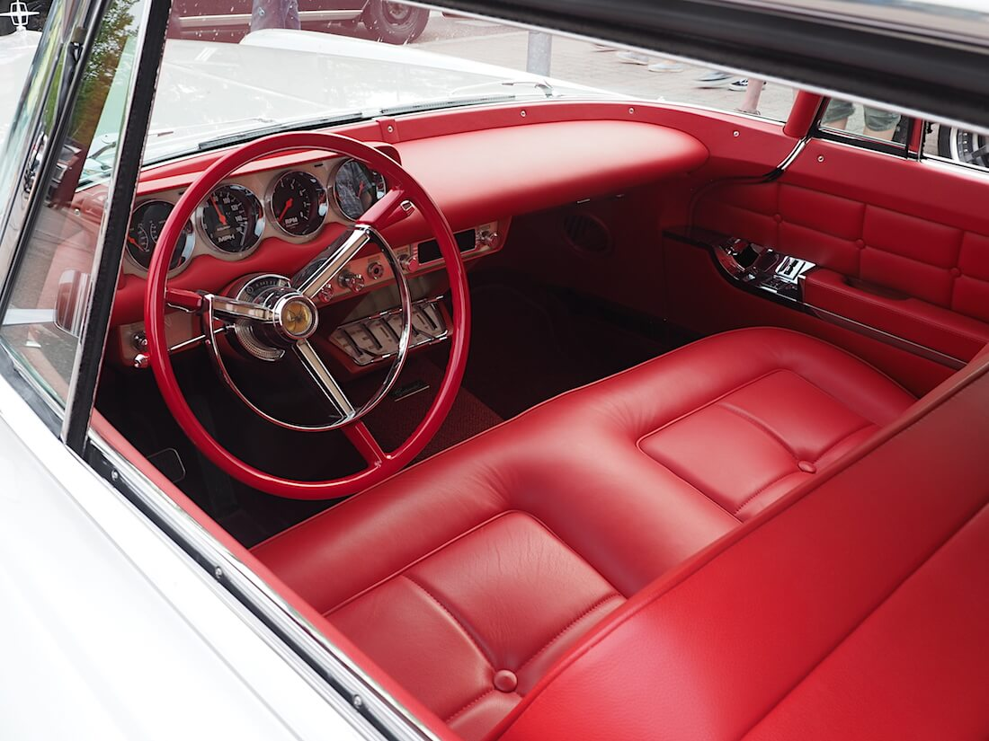 1957 Continental Mark II Hardtop Coupe kirkkaanpunainen nahkasisusta. Tekijä: Kai Lappalainen, lisenssi: CC-BY-40.