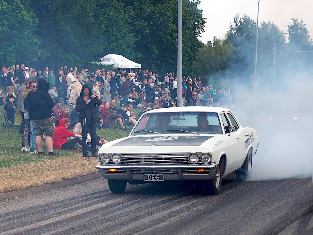 1965 Chevrolet Bel Air 4d burnout. Tekijä: Kai Lappalainen, lisenssi: CC-BY-40.