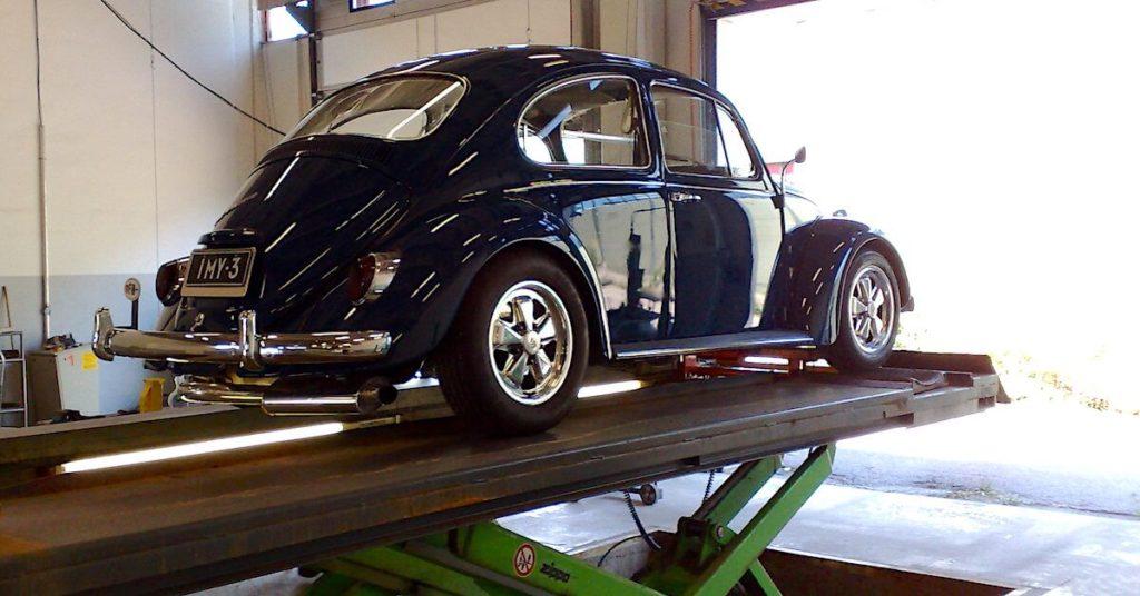 1967 VW1500 kuplavolkkari Porschen Fuchs-vanteilla. katsastuksessa. Tekijä: Kai Lappalainen, lisenssi: CC-BY-40.