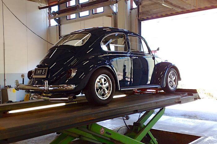 1967 VW1500 kuplavolkkari Fuchs-vanteilla katsastuksessa. Kuva: Kai Lappalainen, lisenssi: CC-BY-40.