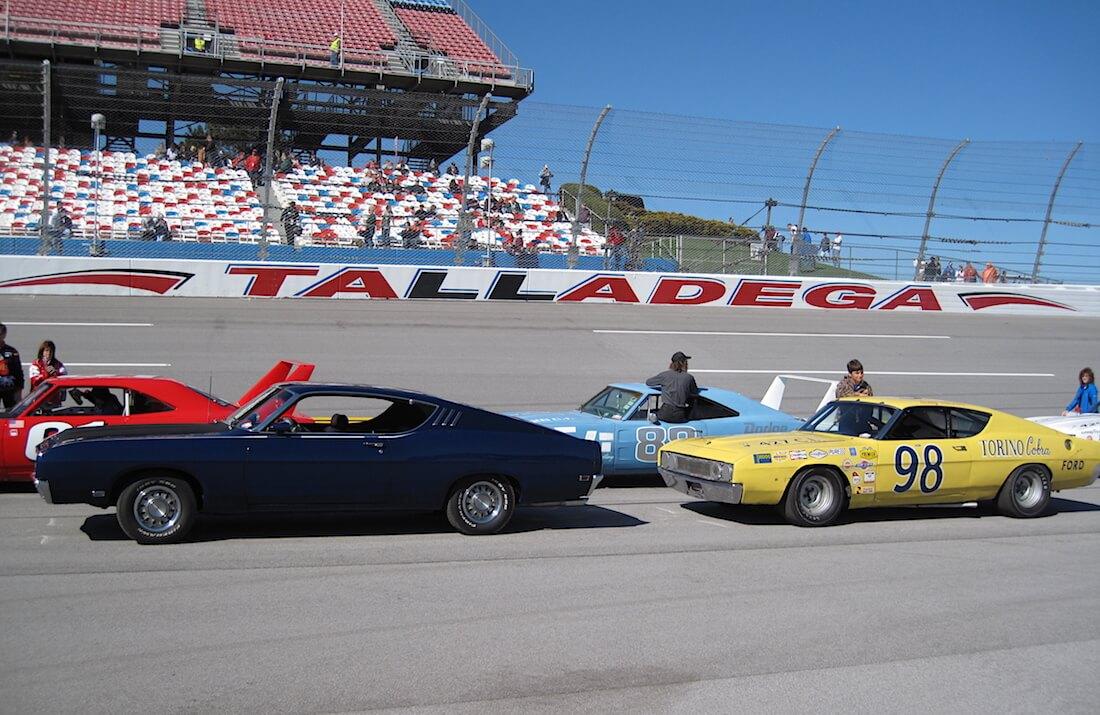 1969 Ford Torino Talladegat ja Dodgen Aero Warriors NASCAR-autoja Talladegan ovaalilla. Kuva: Carl Sharp, lisenssi: CCBYSA30.