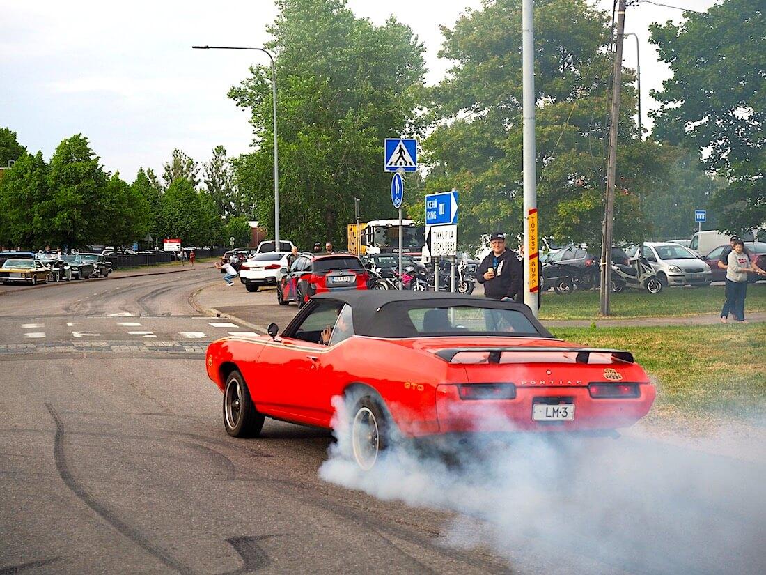 1969 Pontiac LeMans polttaa kumia. Tekijä: Kai Lappalainen, lisenssi: CC-BY-40.