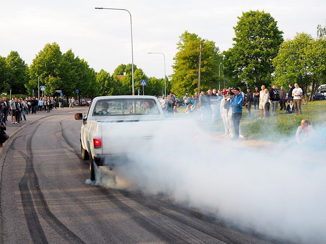 1981 Chevrolet Fleetside polttaa kumia. Tekijä: Kai Lappalainen, lisenssi: CC-BY-40.