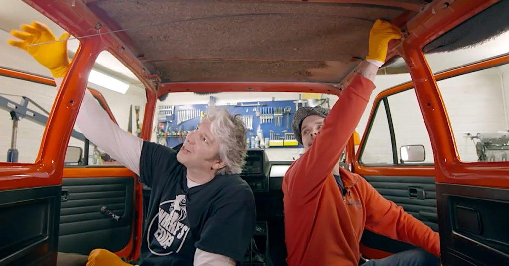 Edd China asentaa Norjassa kattoverhoilua Golf GTI autoon. Kuva: Edd China's Garage Revival.