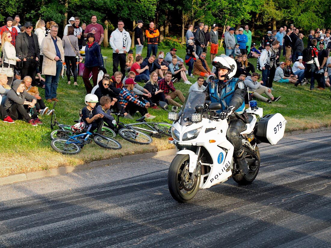 Moottoripyöräpoliisi saapui estämään burnoutit. Tekijä: Kai Lappalainen, lisenssi: CC-BY-40.