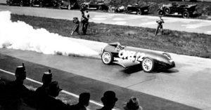 Fritz von Opel kiihdyttää Avus radalla toukokuussa 1928. Kuva: Opel automobile GmbH.