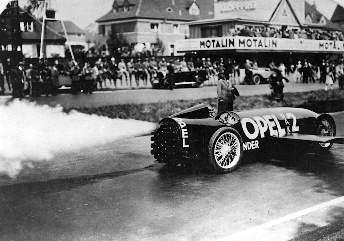 Fritz von Opel kiihdyttää liikkeelle.Kuva: Opel Automobile GmbH.