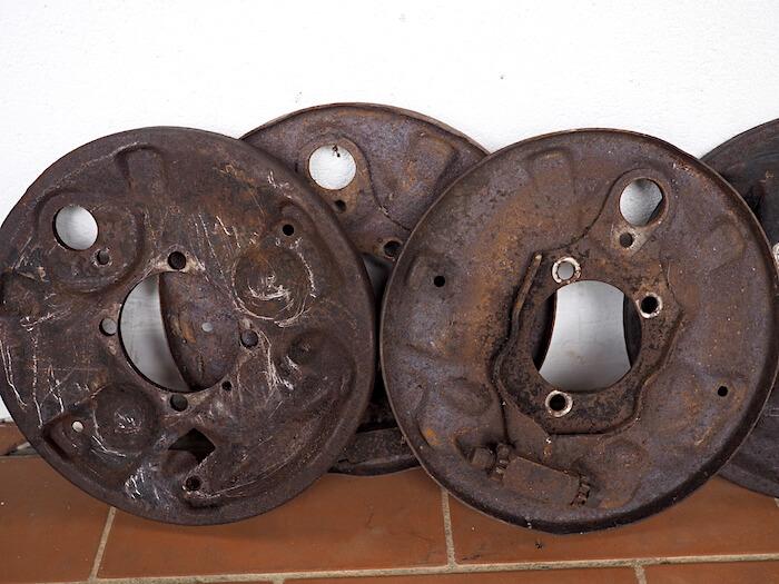 Nämä alkuperäiset rumpujarrujen jarrukilvet vuodelta 1966 olivat massan ja pintaruosteen alla täysin kovat ja kunnostuskelpoiset.