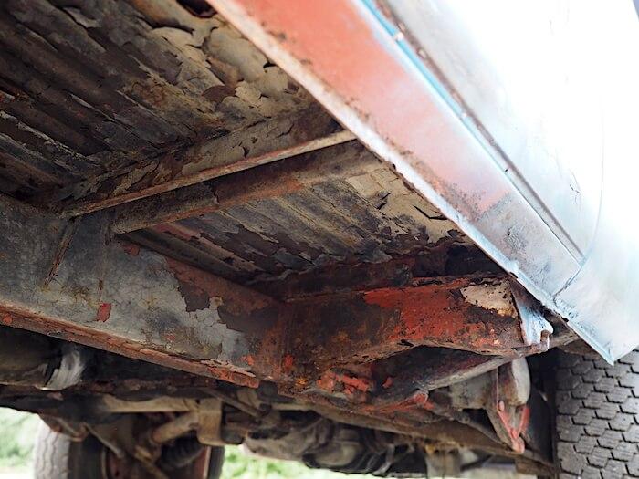 Volkswagen T2a Transporterin alustan poikittaispalkkien ruostevaurioita.