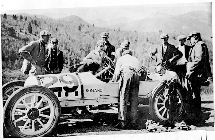 Ensimmäisen Pikes Peak kilpailun voittaja Rea lentz ja Romano Demon Special auto. Kuva ja copyright: Volkswagen AG.