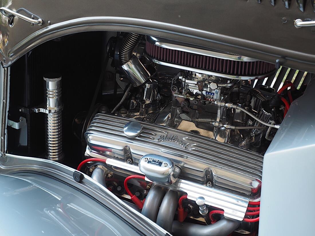 Chevyn 350cid moottori 1934 Ford Three Window rodin keulalla.. Tekijä: Kai Lappalainen, lisenssi: CC-BY-40.