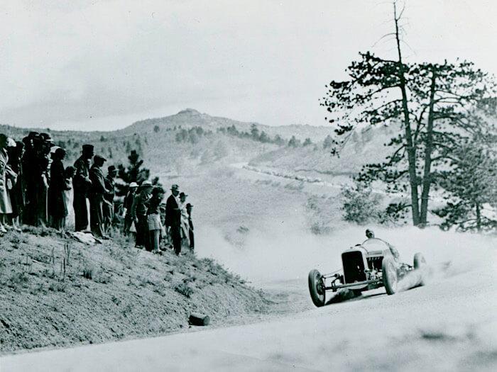 1934 Stutz Special kuljettajanaan Louis Unser 1934 Pikes Peak kilpailussa. Kuva ja copyright: Volkswagen AG.