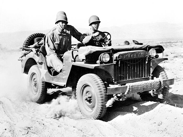 1941 Willys MA koulutusajossa aavikolla Kaliforniassa. Tekijä: yhdysvaltain armeija, lisenssi: Public domain.