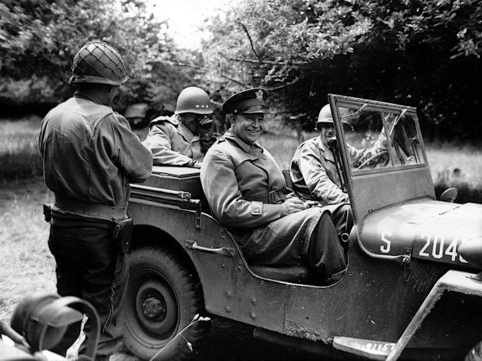 1944-Willys-MA-MB-Jeep-kenraali-Eisenhower-Normandiassa. Tekijä: Yhdysvaltain armeija, lisenssi: Public domain.