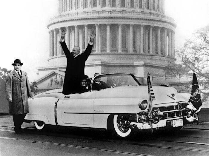 Presidentti Dwight D. Eisenhower matkalla virkaanastujaisjuhlaansa 1953 Cadillac Eldorado 21 avo-autolla. Kuva: GM Media, lisenssi: CC-BY-NC-30
