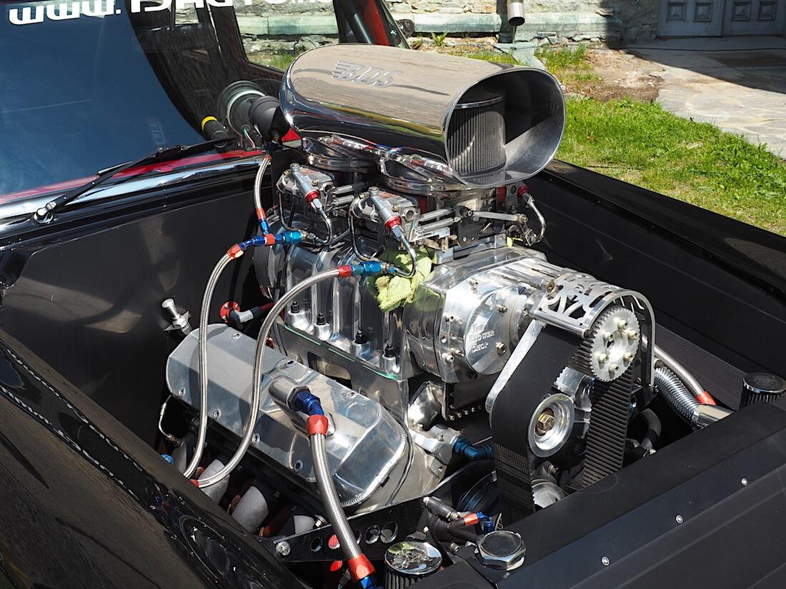 1956 Ford Fairline Prostreet kilpurin 598cid V8-moottori. Tekijä: Kai Lappalainen, lisenssi: CC-BY-40.