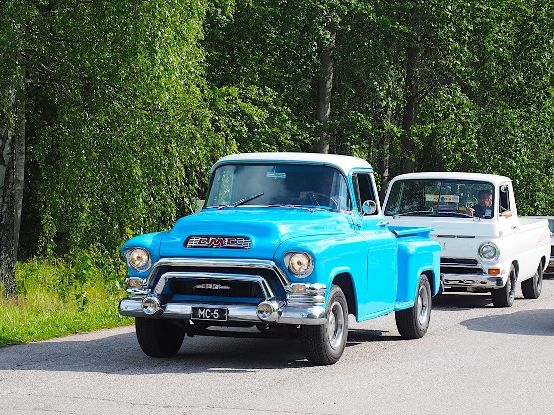1956 GMC Stepside Pickup ja 1966 Dodge A100 Pickup. Tekijä: Kai Lappalainen, lisenssi: CC-BY-40.