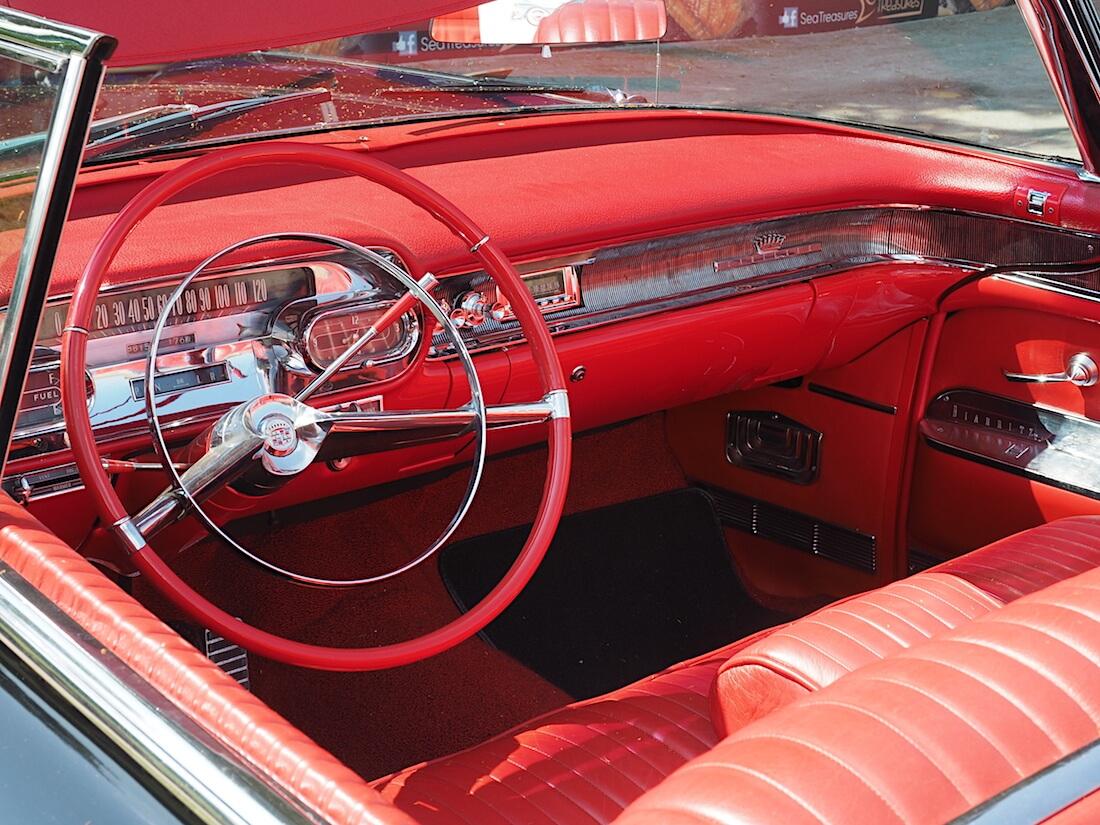 1958 Cadillac Eldorado Biarritz convertible punainen nahkasisusta. Tekijä: Kai Lappalainen, lisenssi: CC-BY-40.