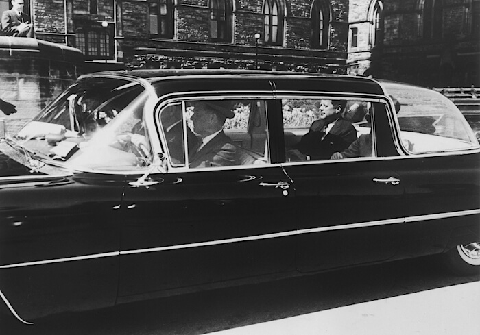 John F. Kennedy 1959 Cadillac Fleetwood 75 limusiinissa. Kuva: GM Media, lisenssi: CC-BY-NC-30