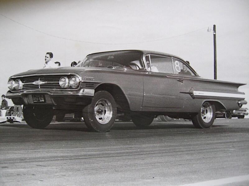 1960 Chevrolet Impala kiihdytysradalla Texasin Austinissa vuonna 1967. Tekijä: John Lloyd, lisenssi: CCBY20.