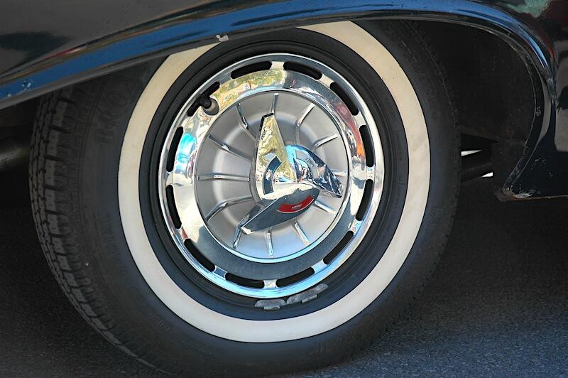 1961 Chevrolet Impalan pölykapseli spinnerillä ja rengas ohuella valkosivulla. Tekijä: Michael Donal, lisenssi: CCBY20.