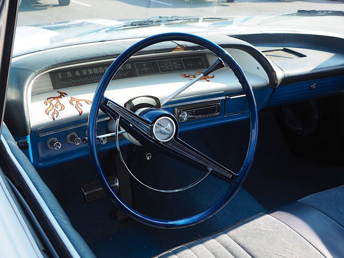 1963 Chevrolet Bel Air 2d 327cid V8-moottorilla. Tekijä: Kai Lappalainen. Lisenssi: CC-BY-40.