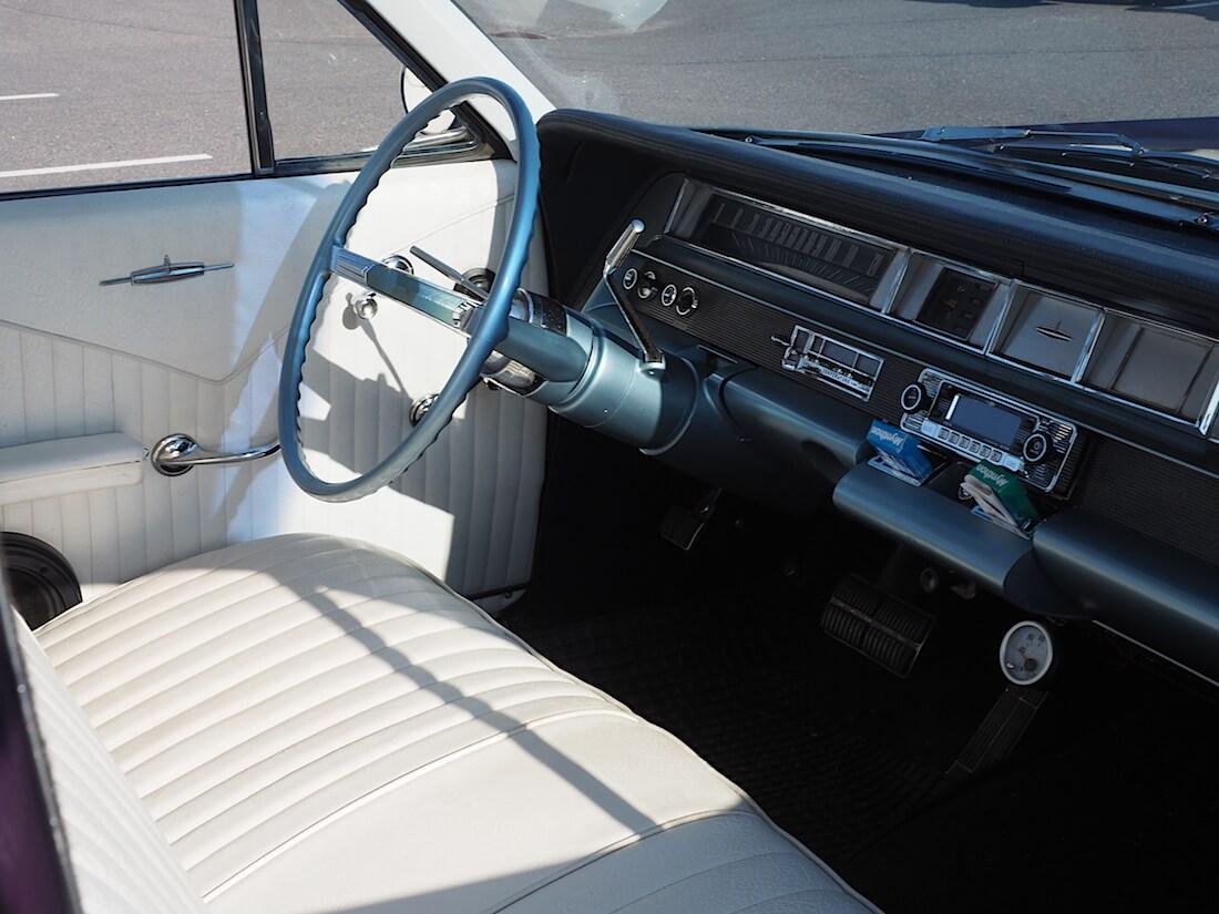 1963 Oldsmobile Dynamic 88 sisusta. Tekijä: Kai Lappalainen. Lisenssi: CC-BY-40.