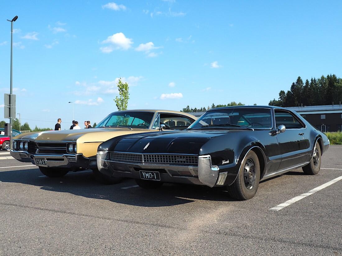 1967 Oldsmobile Toronado ja 1967 Buick Wildcat custom. Tekijä: Kai Lappalainen. Lisenssi: CC-BY-40.