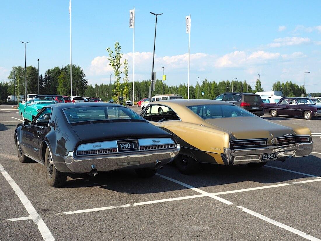 1966 Oldsmobile Toronado 425cid ja 1967 Buick Wildcat 430cid. Tekijä: Kai Lappalainen. Lisenssi: CC-BY-40.
