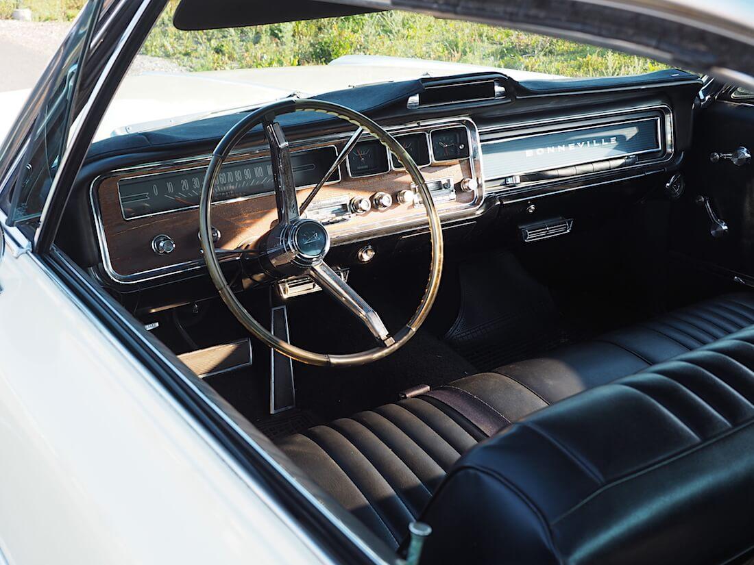 1966 Pontiac Bonneville 2d hardtopin sisusta. Tekijä: Kai Lappalainen. Lisenssi: CC-BY-40.
