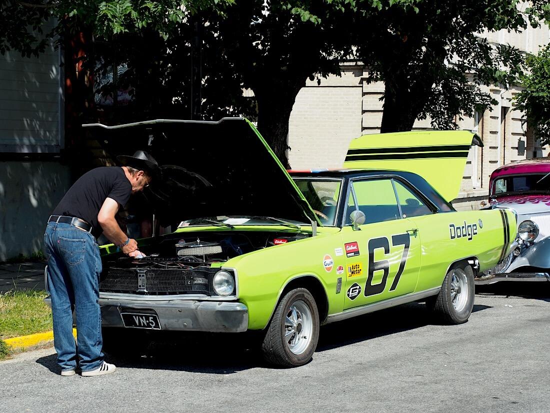 1967 Dodge Dart ölytikun tarkistus. Tekijä: Kai Lappalainen, lisenssi: CC-BY-40.