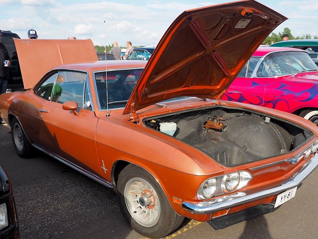 1969 Chevrolet Corvair etuluukku auki. Tekijä: Kai Lappalainen, lisenssi: CC-BY-40.