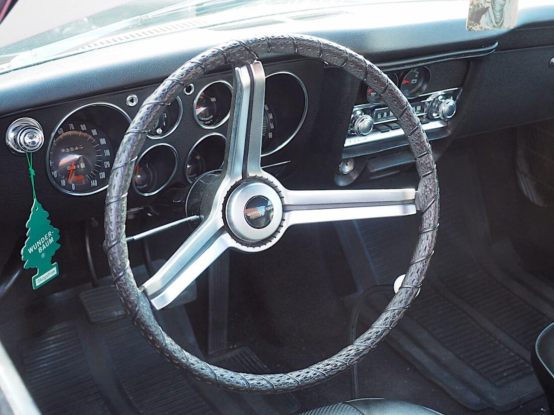 1969 Chevrolet Corvairin ratti ja kojelauta. Tekijä: Kai Lappalainen, lisenssi: CC-BY-40.