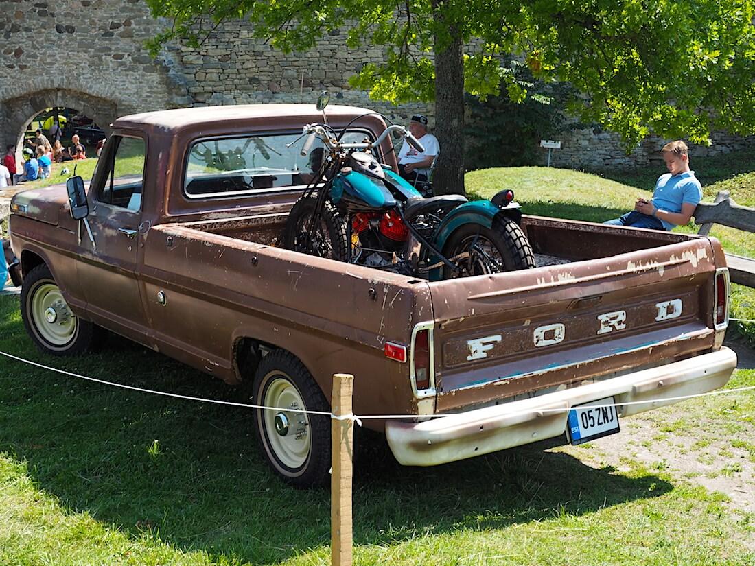 1969 Ford F-250 315cid pickupin lavalle kyytiin on nostettu 1941 Harley-Davidson Knucklehead. Tekijä: Kai Lappalainen, lisenssi: CC-BY-40.