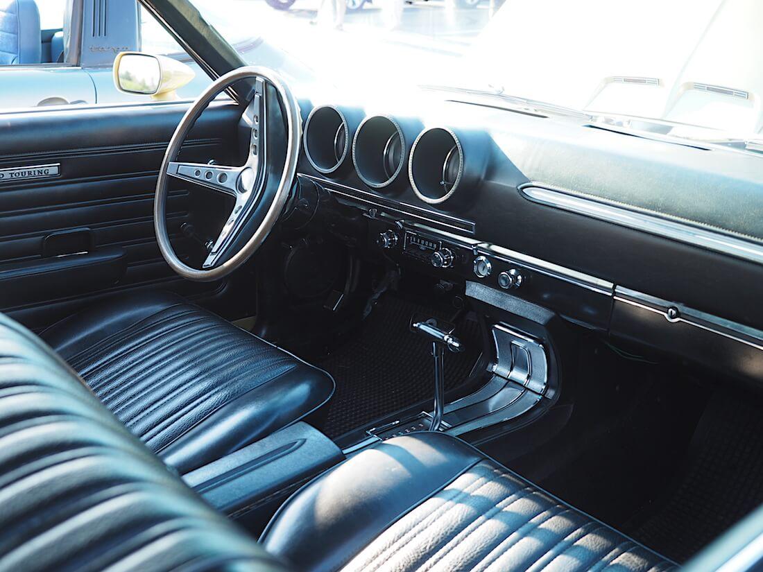 1969 Ford Torino GT: musta sisusta. Tekijä: Kai Lappalainen. Lisenssi: CC-BY-40.