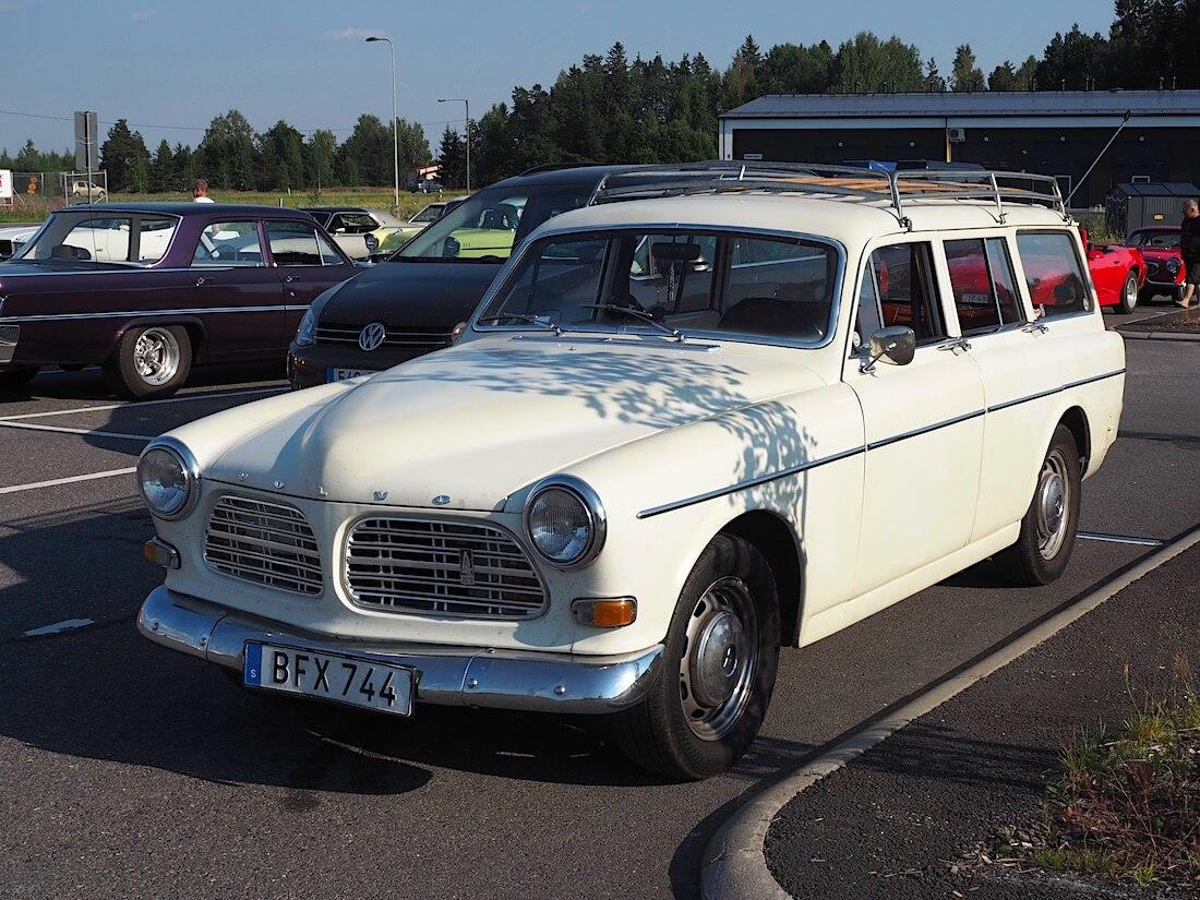 1969 Volvo 221341 S Amazon farmari puurimakattotelineellä. Tekijä: Kai Lappalainen. Lisenssi: CC-BY-40.