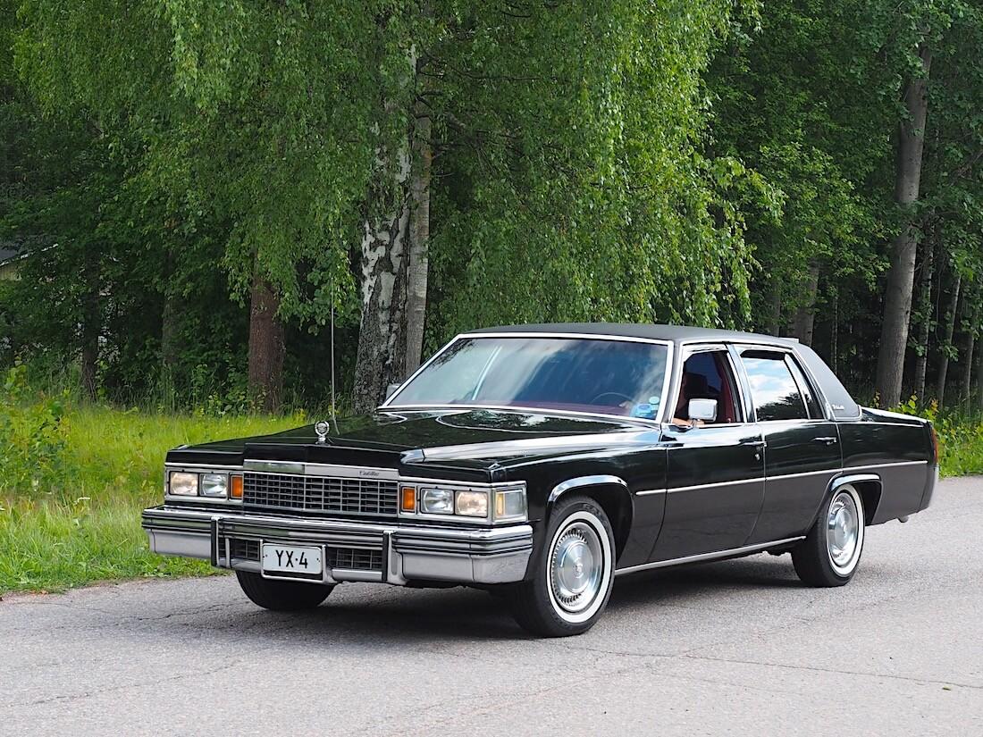 1977 Cadillac DeVille 4d 425cid. Tekijä: Kai Lappalainen, lisenssi: CC-BY-40.