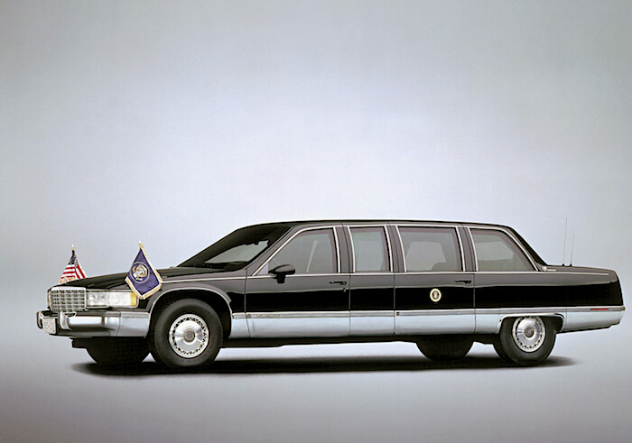 Bill Clintonin 1993 Cadillac Presidential Limousine. Kuva: GM Media, lisenssi: CC-BY-NC-30
