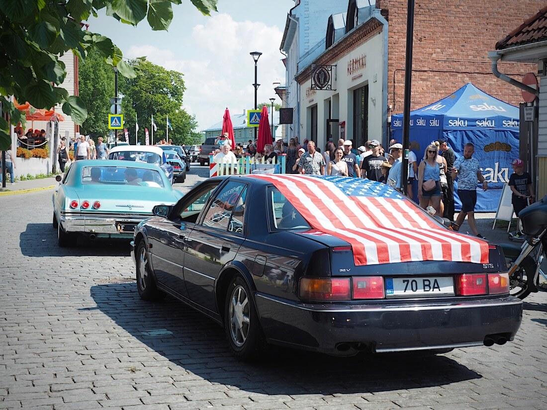 1997 Cadillac Seville STS ja 1965 Chevrolet Impala SS Haapsalun mukulakivillä. Tekijä: Kai Lappalainen, lisenssi: CC-BY-40.