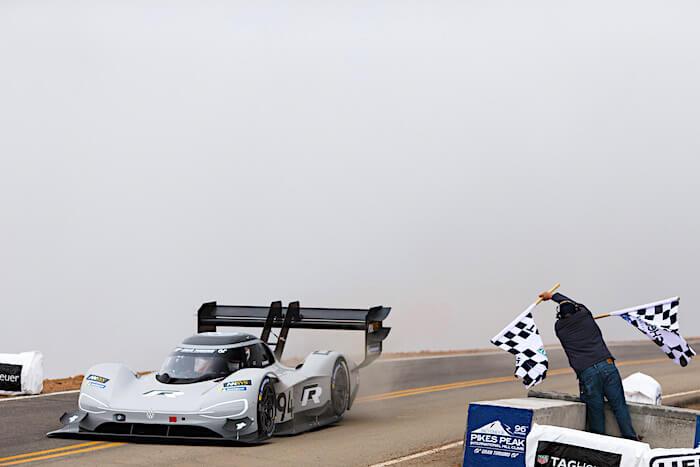 Volkswagen I.D. R sähköauto ylittää maaliviivan tehden Pikes peakin uuden rataennätyksen. Kuva ja copyright: Volkswagen AG.