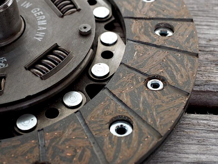 Kytkinlevyn uudelleen pinnoituksen työn laatu oli erittäin hyvä. Tekijä: Kai Lappalainen, lisenssi: CC-BY-40.