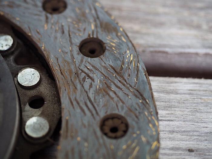 Kytkinlevyn öljyinen kitkapinta on vaihdettava uuteen. Tekijä: Kai Lappalainen, lisenssi: CC-BY-40.