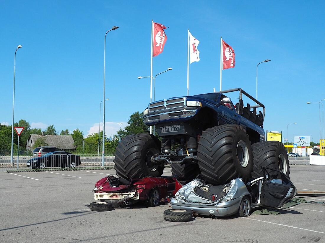 Monsteriauto ajaa autojen yli. Tekijä: Kai Lappalainen, lisenssi: CC-BY-40.