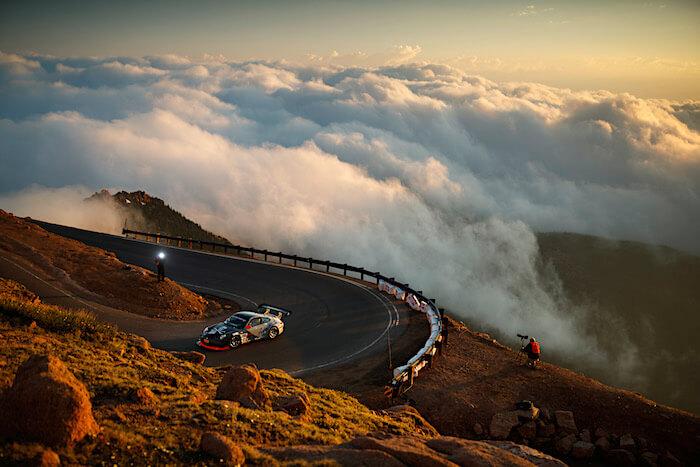 Pikes Peak ylämäkiajo, auto pilvien keskellä. Tekijä ja copyright: Volkswagen AG.