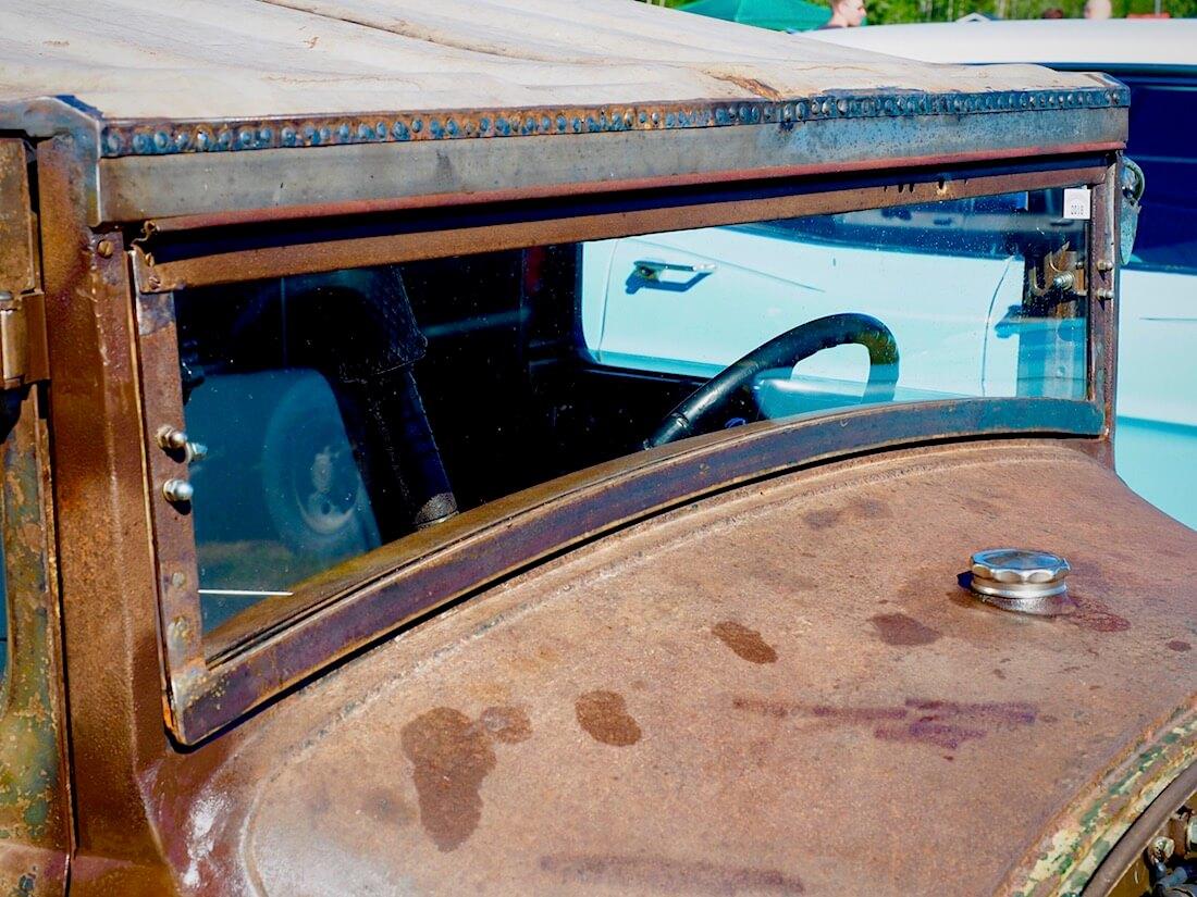 1928 Ford A Pickup rottarodin aukeava tuulilasi. Kuvan tekijä: Kai Lappalainen. Lisenssi: CC-BY-40.