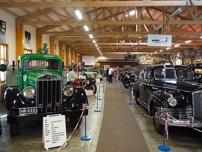 """Vehoniemen automuseon autoja. Etualalla 1935 REO Speed Wagon """"Ukko-Reo"""". Tekijä: Kai Lappalainen. Lisenssi: CC-BY-40."""