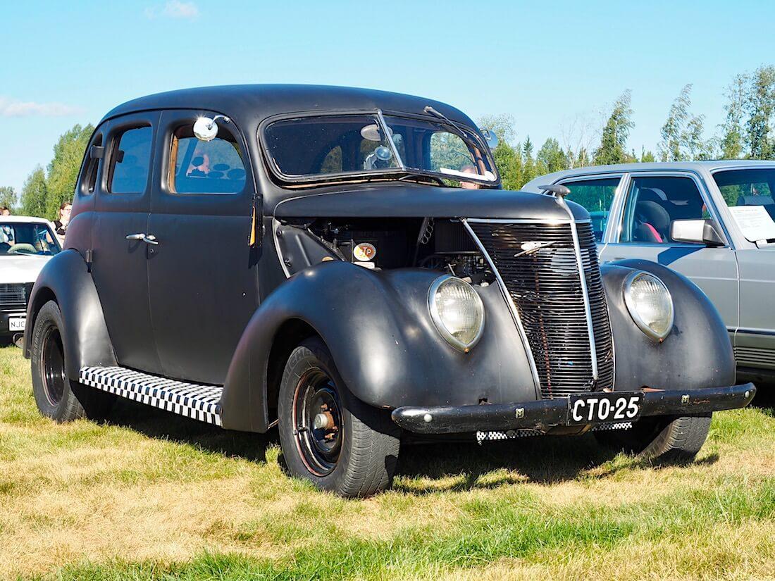 1937 Ford Fordor Deluxe Touring Sedan V8. Kuvan tekijä: Kai Lappalainen. Lisenssi: CC-BY-40.