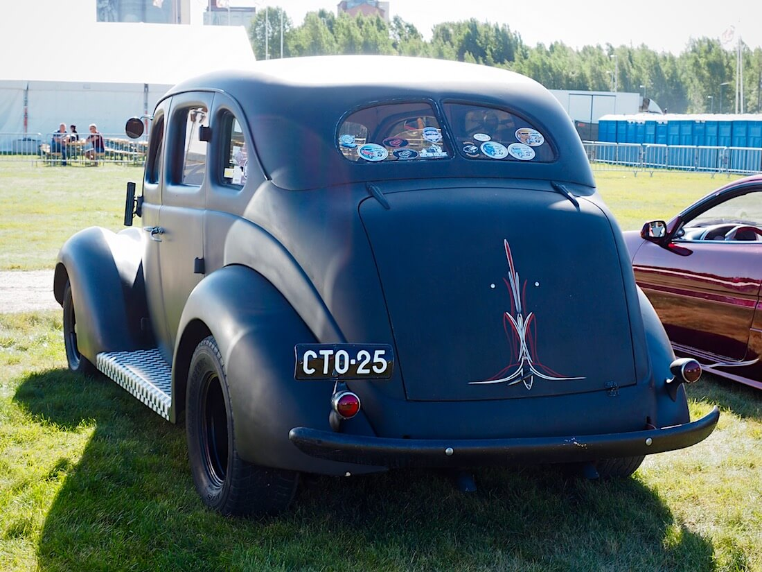 1937 Ford Deluxe Fordor Touring Sedan Slantback. Kuvan tekijä: Kai Lappalainen. Lisenssi: CC-BY-40.