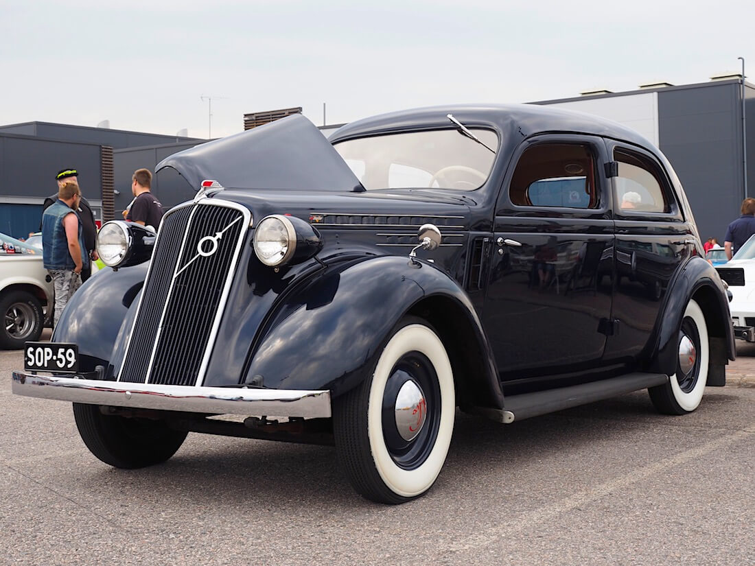 Tummansininen Volvo PV51 vuodelta 1938. Tekijä: Kai Lappalainen. Lisenssi: CC-BY-40.